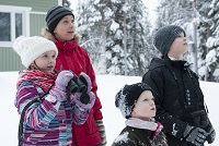 Veera, Heidi, Iiro ja Lauri Moilanen pihabongaamassa. Kuva: Jyrki Mäkelä