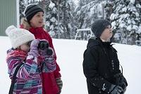 Veera, Heidi ja Lauri Moilanen pihabongaamassa. Kuva: Jyrki Mäkelä