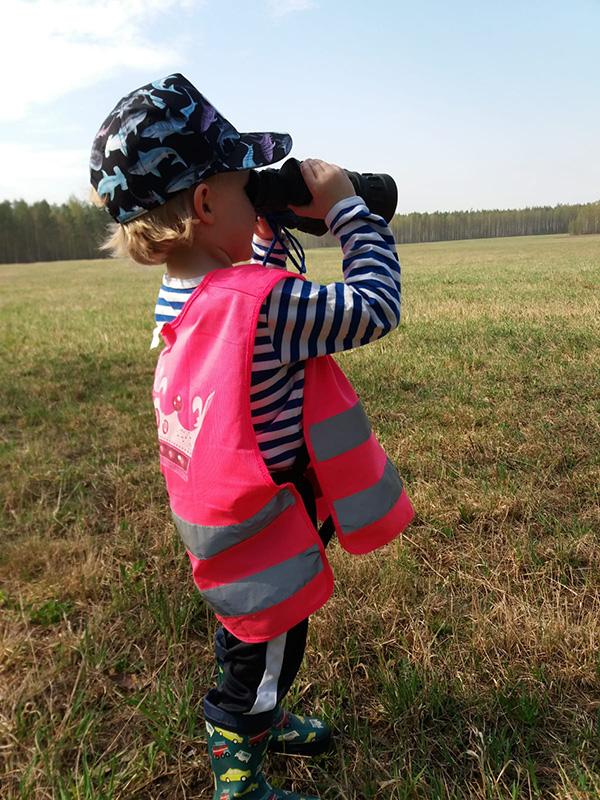 Lapsi kiikaroimassa. Kuva: Hanna Haverinen.