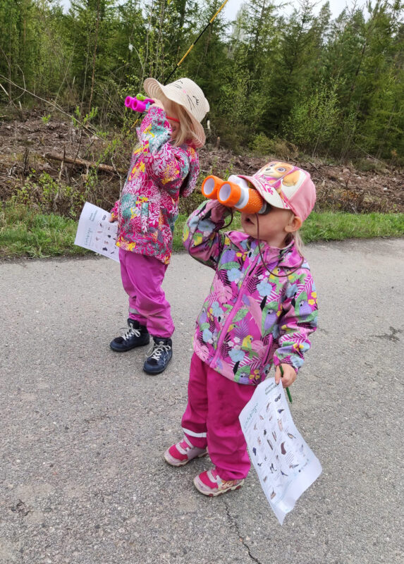 Kaksi lasta kiikaroimassa. Kuva: Noora Tamminen.
