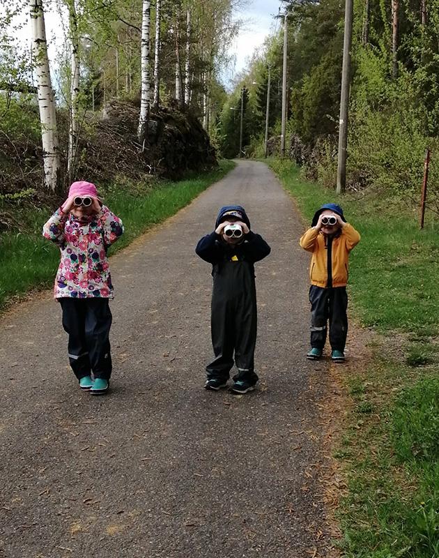 Kolme lasta kiikaroimassa. Kuva: Regina Visuri.
